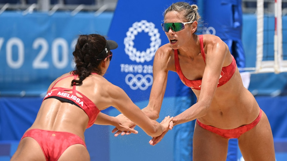 Sarah Pavan et Melissa Humana-Paredes se serrent les mains.