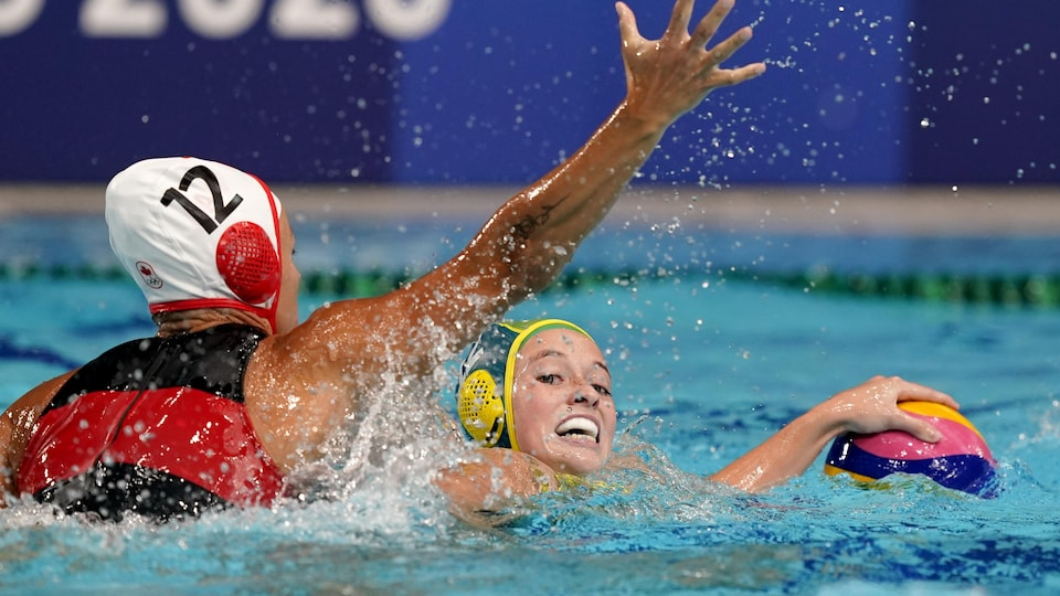 La poloïste canadienne s'interpose devant l'Australienne Abby Andrews, en possession du ballon.