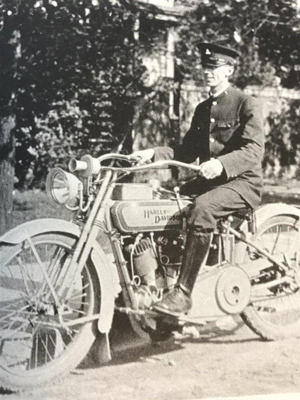 Image d'archives - un policier est sur une moto.