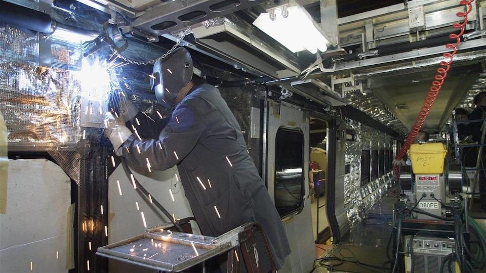 Un soudeur à l'usine de Bombardier à La Pocatière