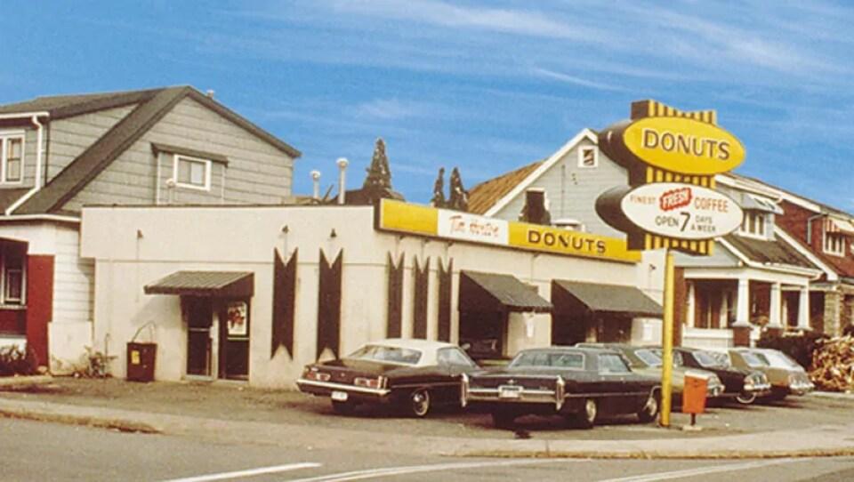 Devanture du premier magasin de beignes Tim Hortons.
