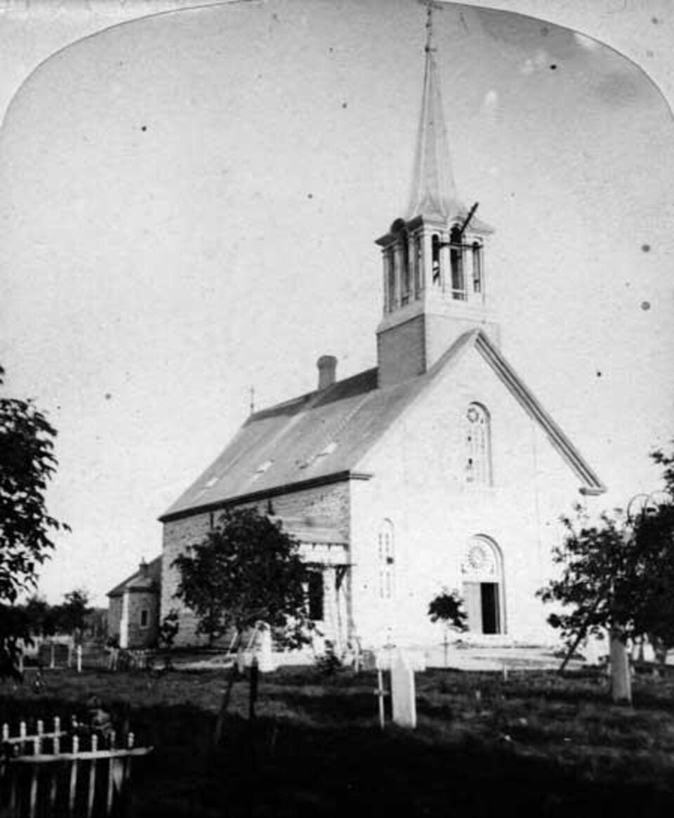 Une église modeste munie d'un clocher.