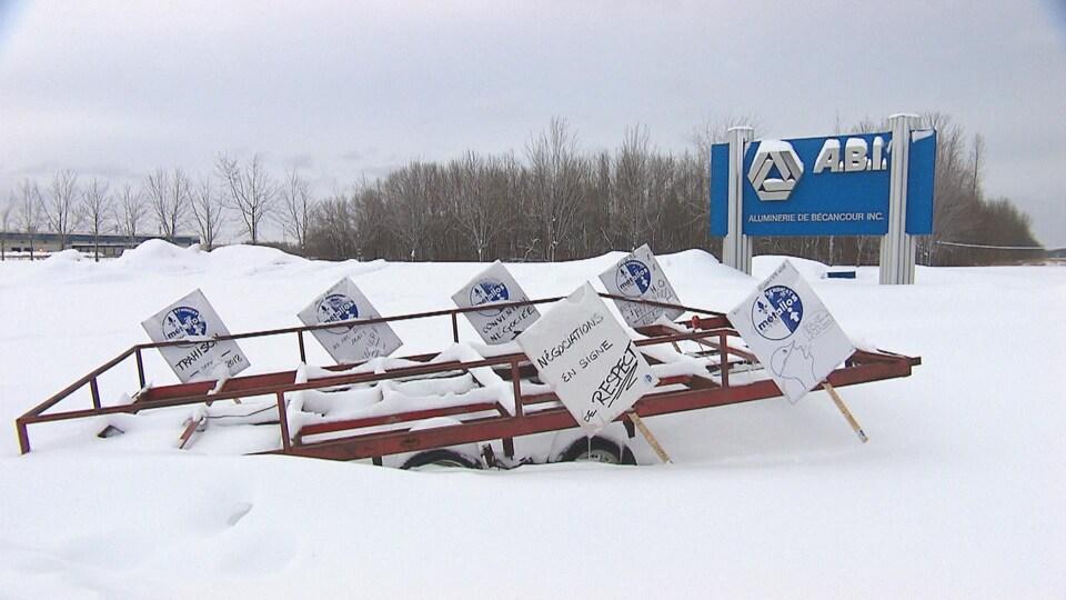 Pancarte extérieure de l'ABI l'hiver avec des pancartes syndicales en avant