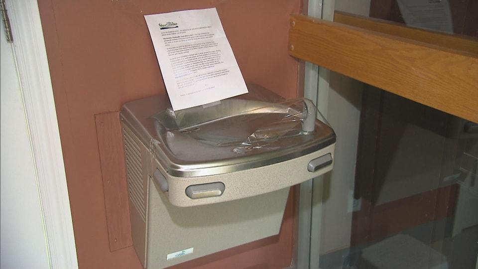 Les enfants ne peuvent plus utiliser les fontaines de l'école en raison de l'avis d'ébullition qui est en vigueur.
