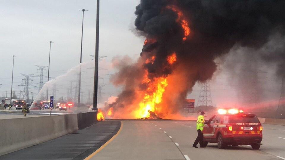 Un spectaculaire incendie sur les lieux d'un accident de la route.