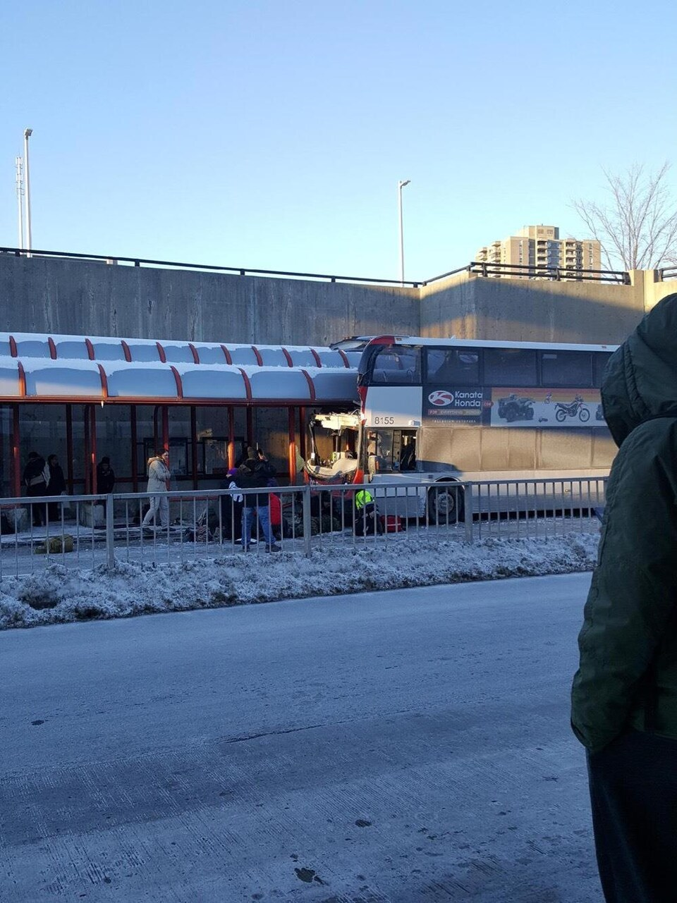 Un autobus accidenté avec des gens autour