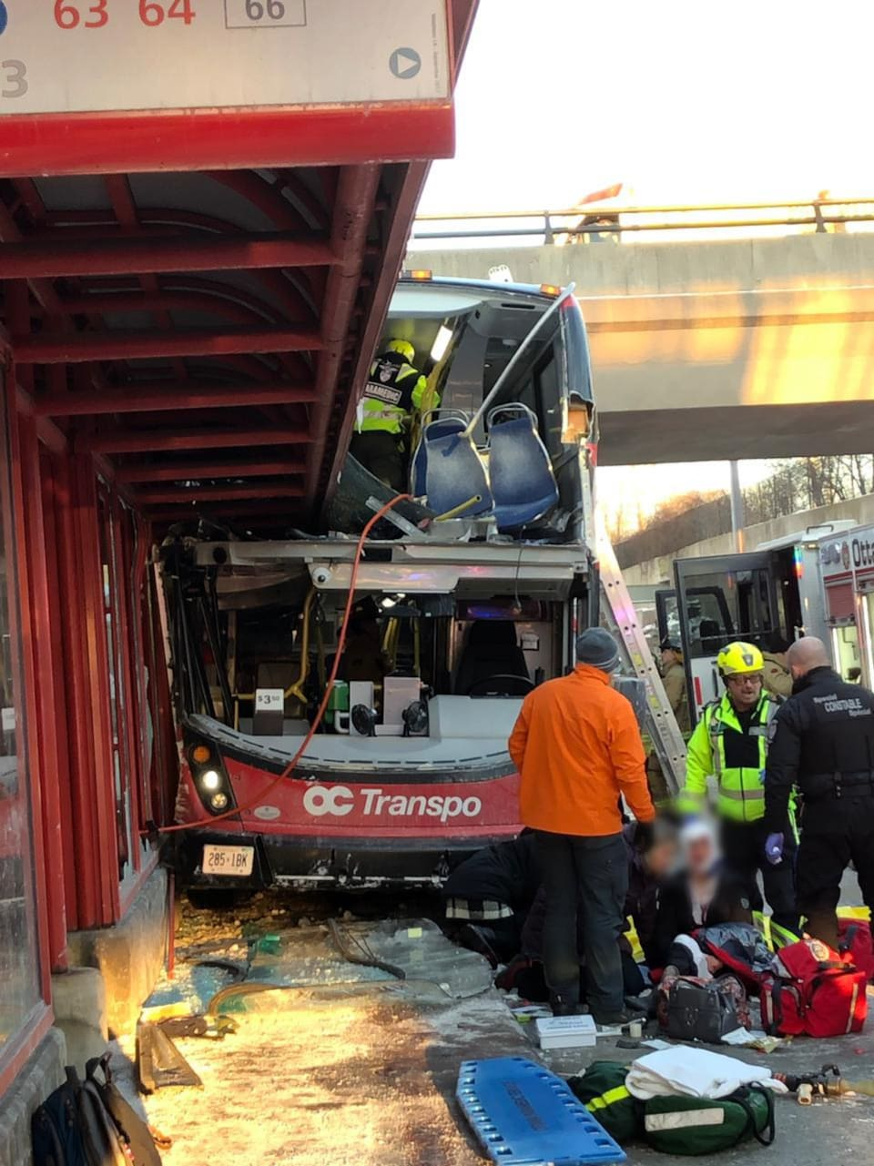 Un autobus accidenté avec des secouristes autour