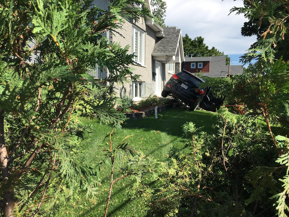 Une femme de 45 ans qui passait une évaluation de la SAAQ a effectué une mauvaise manoeuvre et a traversé une haie et abouti sur le perron d'une résidence, mardi à Québec