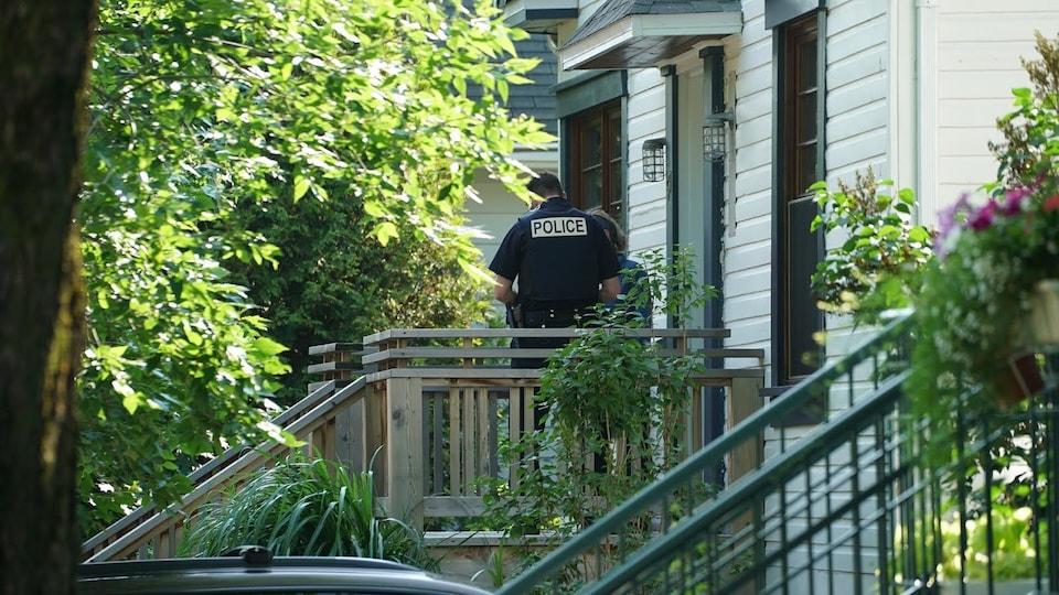 Des témoins potentiels sont rencontrés par les policiers.