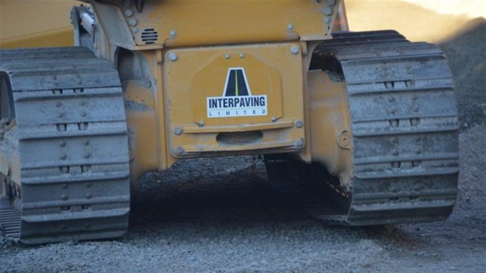 Une pièce de machinerie lourde de la compagnie Interpaving.