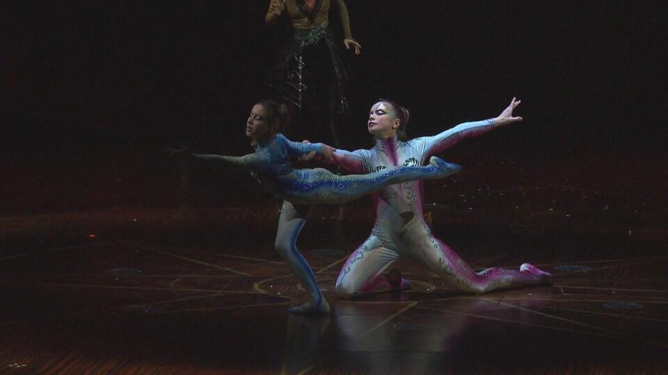 Deux jeunes artistes de la nouvelle mouture d'<i>Alegria</i> s'exécutent sur la scène du chapiteau du Cirque du Soleil.