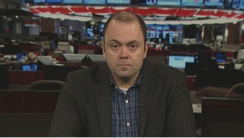Adam Burns, en entrevue sur le plateau de CBC.