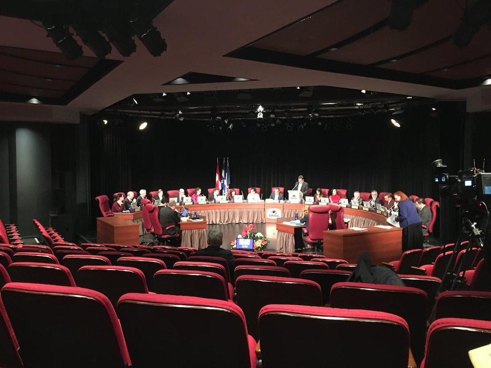 Le maire fait un discours avant le vote dans la salle Jean-Desprez