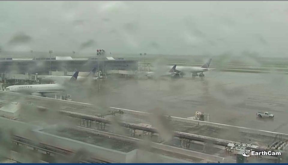 La situation réelle à l'aéroport de Houston, le 28 août 2017, à 15 h 45. Il y a de la pluie sur le sol, mais les avions ne sont pas submergés.