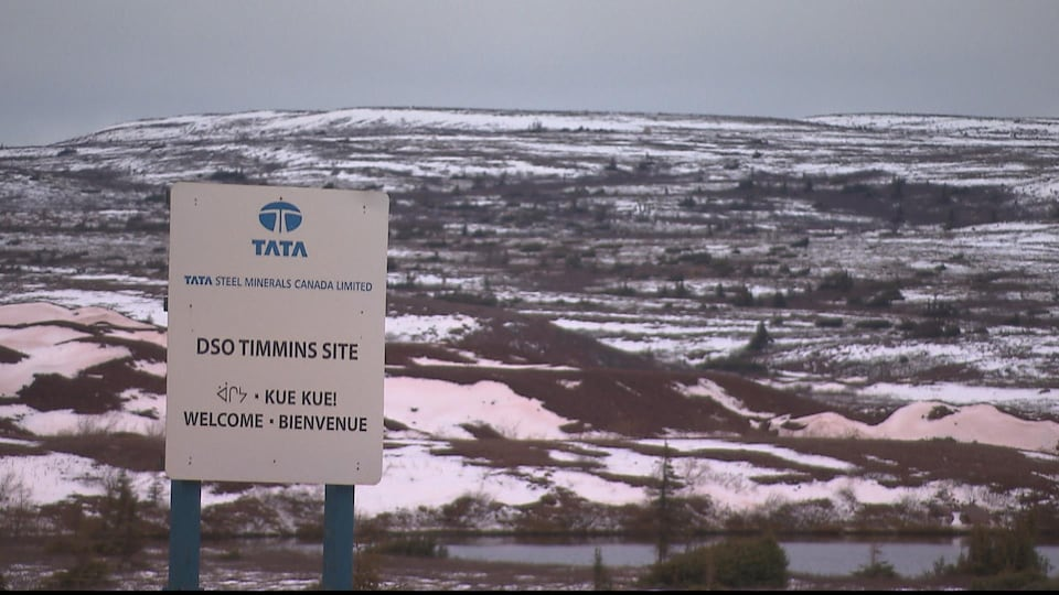 Une affiche multilingue sur le site minier de Tata Steel à Schefferville