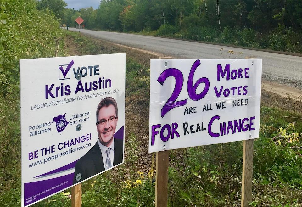 Deux affiches de l'Alliance des gens du Nouveau-Brunswick.