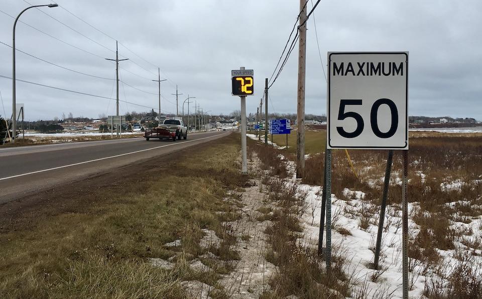 La direction de l'école La-Belle-Cloche demande au ministère des Transports de l'Île-du-Prince-Édouard d'installer des afficheurs de vitesse aux abords de la zone scolaire, comme il l'a fait plus tôt cette année à l'entrée de la municipalité de Souris, à quelques kilomètres à l'est de Rollo Bay.