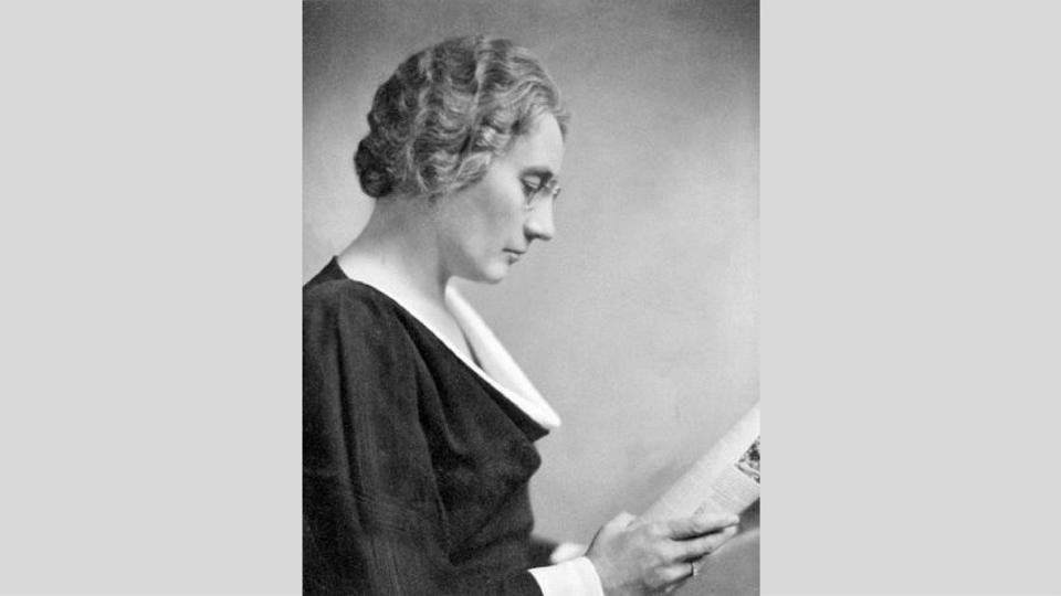 Photo en noir et blanc d'Agnes lisant un livre