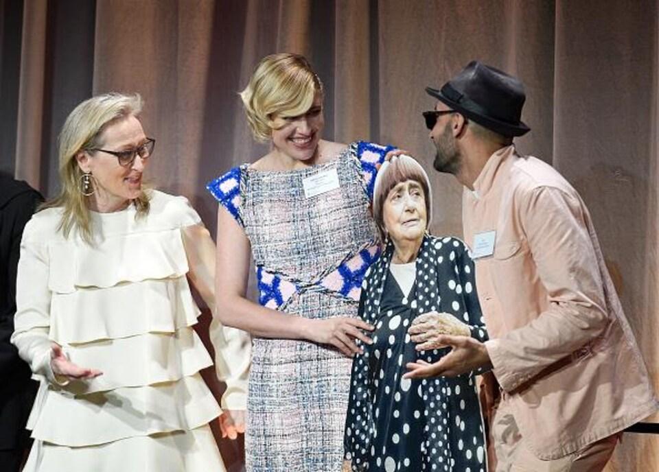 Les trois artistes entourent une réplique en carton d'Agnès Varda
