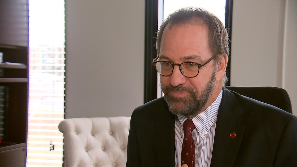 Un homme avec un veston et une cravate.