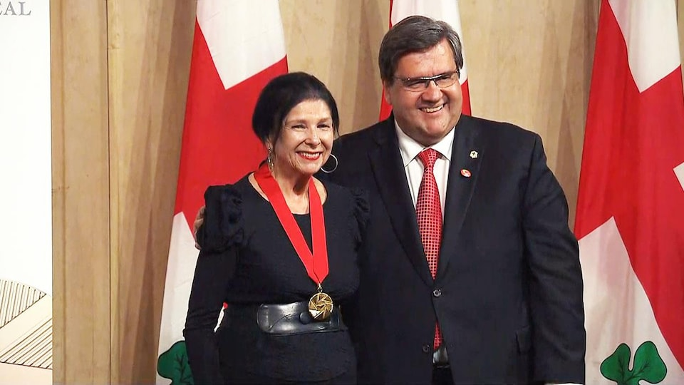 La cinéaste Alanis Obomsawin pose à côté du maire de Montréal Denis Coderre après avoir reçu mercredi le titre de commandeur de l'Ordre de Montréal.