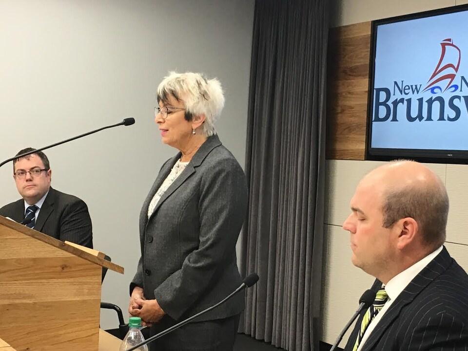 La ministre Cathy Rogers donne une conférence de presse en compagnie du ministre Bourque et du PDG Harriman.