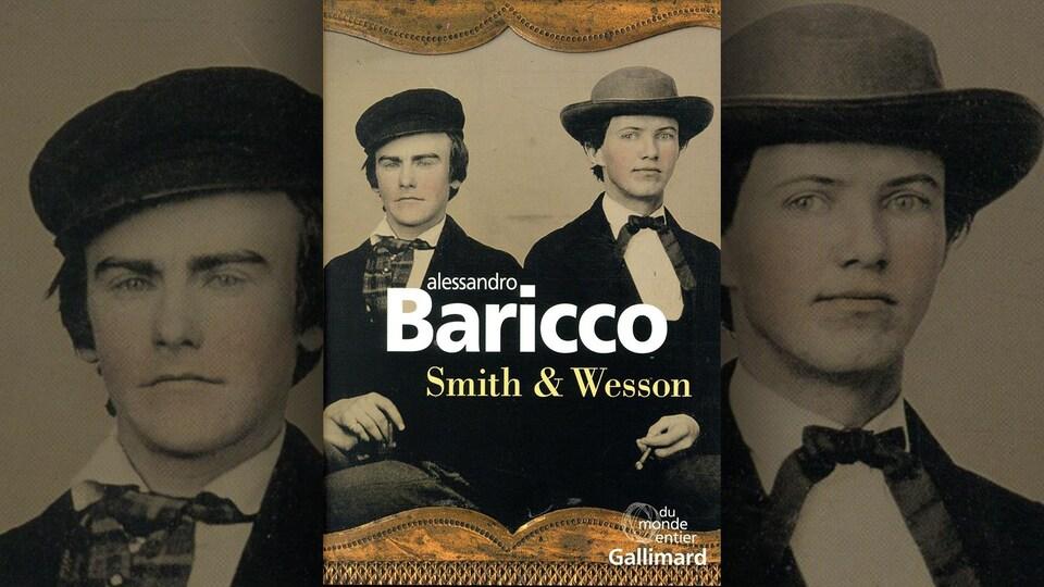 La couverture de <i>Smith & Wesson</i> d'Alessandro Baricco présente une photo en noir et blanc ancienne de deux hommes coiffés d'un chapeau