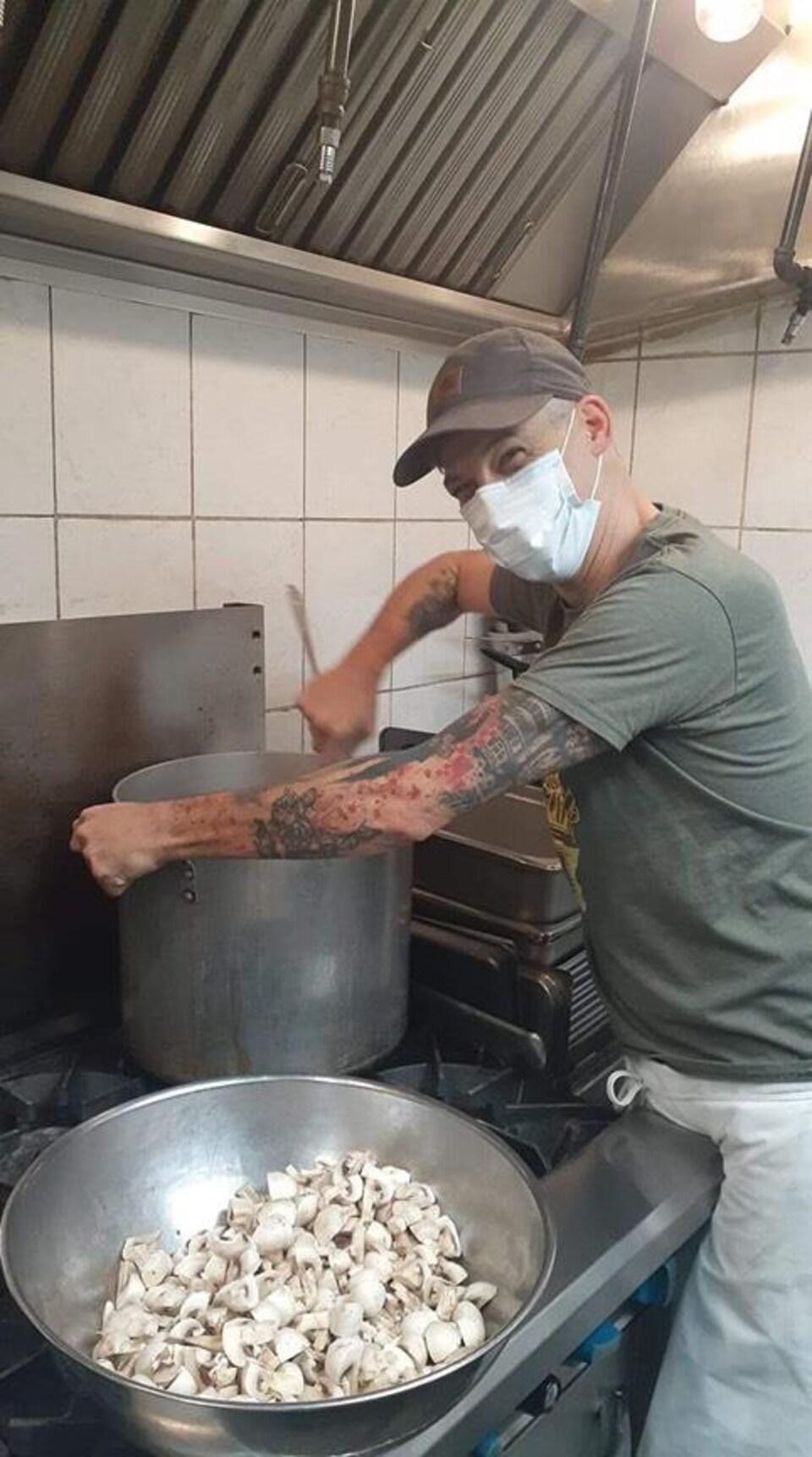 Alex Deschênes, organisateur communautaire au Collectif régional de lutte à l'itinérance en Outaouais et chef cuisinier à La Soupière de Gatineau.