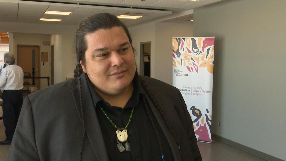 Alexis Wawanoloath écoute la question d'un journaliste hors-champ.