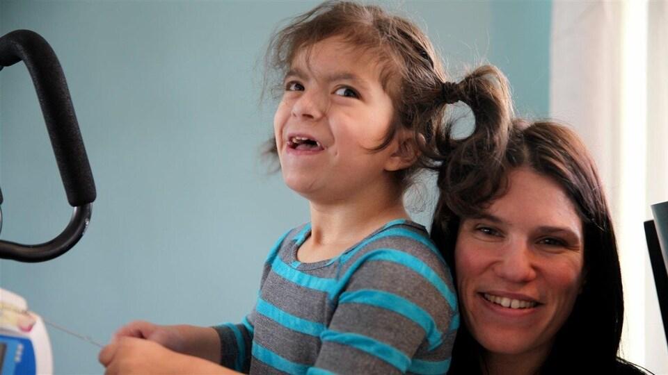 Gisèle Perron et sa fille Kitiara Demers qui n'est pas admissible au nouveau programme d'aide.