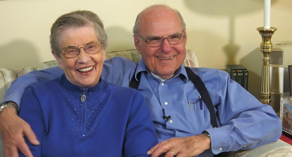 Tom Moore s'occupe de sa femme LaVonne, atteinte de la maladie d'Alzheimer. Le stimulateur implanté dans son cerveau ralentit la progression des symptômes, ce qui lui permet de conserver ses capacités fonctionnelles plus longtemps.