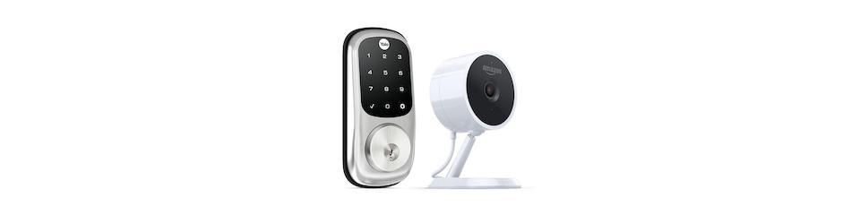 Une serrure équipée d'un pavé numérique et une petite caméra cylindrique sur un pied, sur fond blanc.
