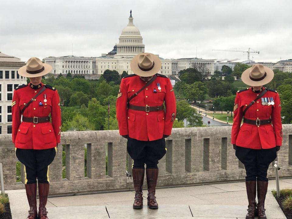 Trois gendarmes canadiens à Washington, dans le district de Columbia aux États-Unis.
