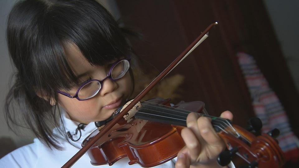Amélie Boucher joue du violon malgré son handicap visuel
