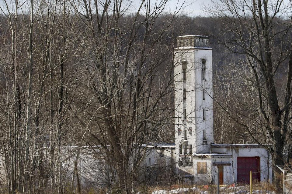 Un vieux bâtiment abandonné