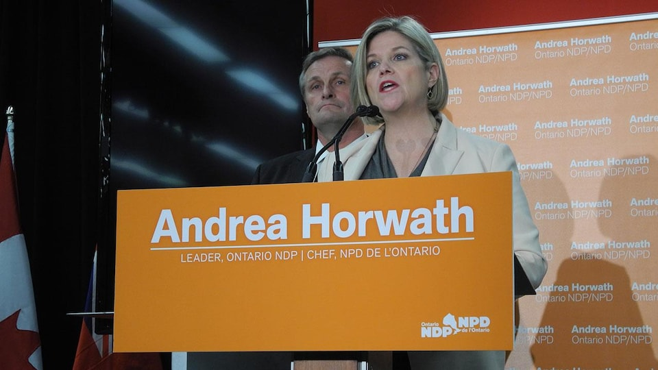 Photo d'Andrea Horwath au pupitre