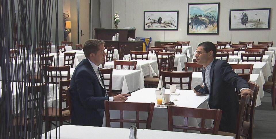 Le chef conservateur Andrew Scheer et le député conservateur de Richmond-Arthabaska, Alain Rayes, en discussion avant la rencontre de consultation avec des gens d'affaires.