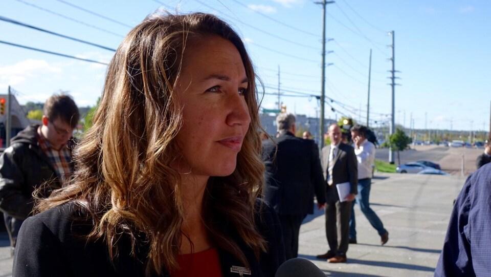 L'épouse d'un des policiers tués, Angela Gevaudan, à la sortie du palais de justice de Moncton.