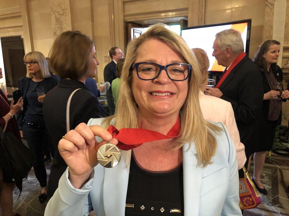 La violoniste Angèle Dubeau arbore fièrement sa distinction remise par l'Ordre de Montréal, le 17 mai 2018.