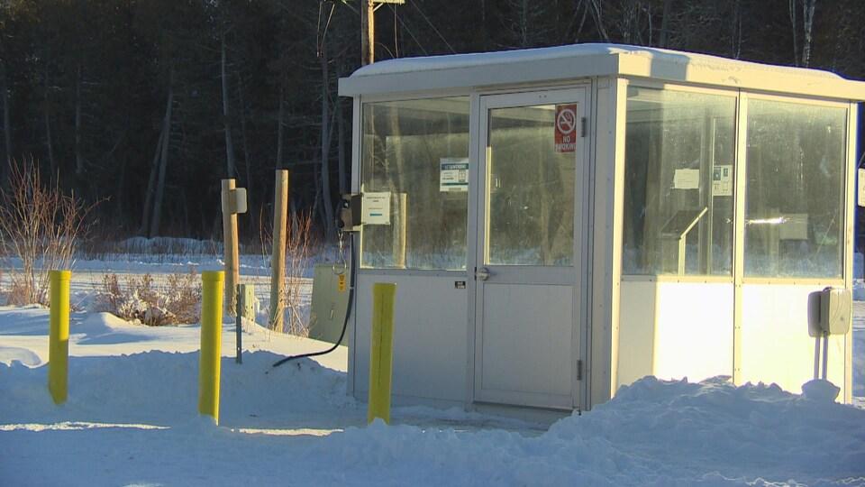 Un poste de douane sans personnel à la frontière américano-canadienne.