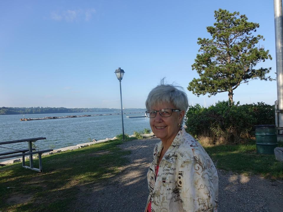 On voit Mme Tennier dans le parc adjacent au lac Ontario.
