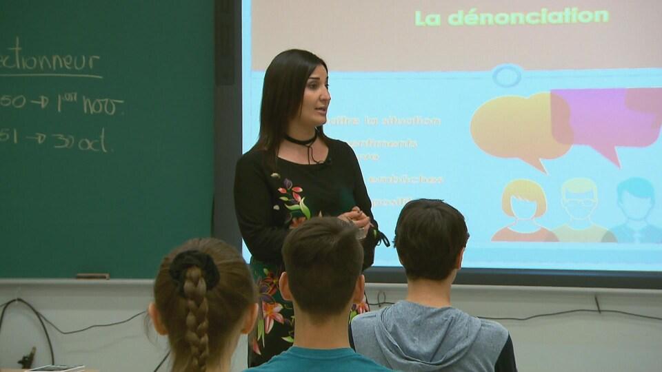 La sexologue Annick Kerschbaumer donne un atelier sur le consentement sexuel à l'école secondaire de Rivière-du-Loup.