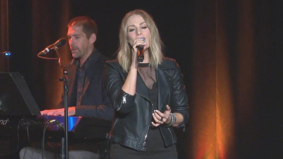 La chanteuse Annie Blanchard au Sommet de la chanson de Kedgwick.