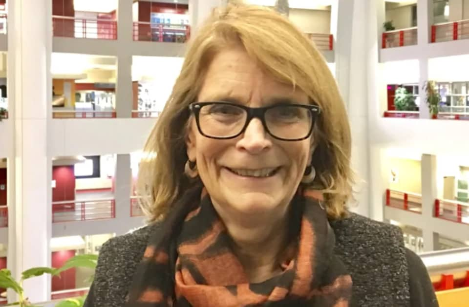 Annie Kidder pose dans les bureaux de Radio-Canada Toronto.