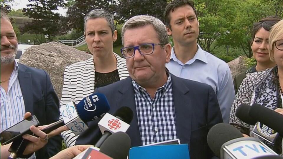 Le maire sortant fait une annonce entourant la conception d'espaces verts.