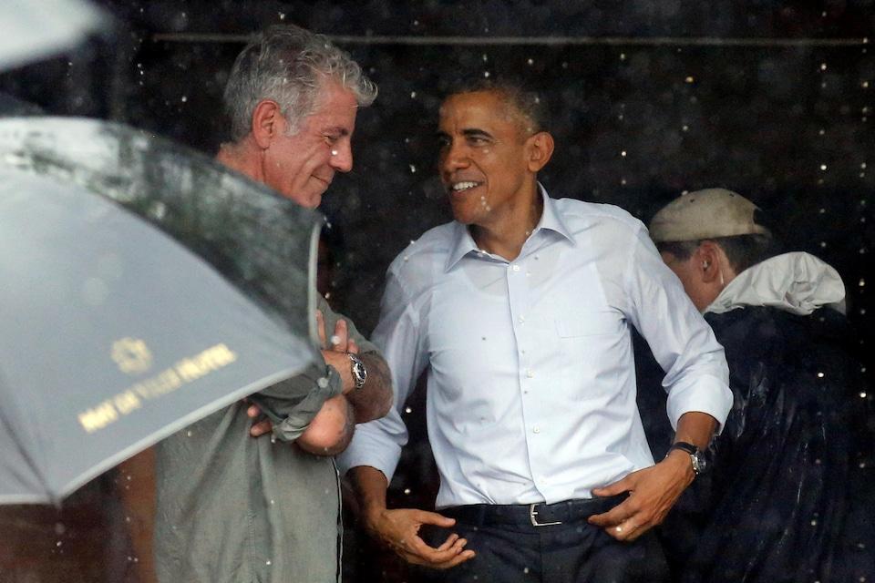 L'ancien président américain, Barack Obama, parle avec le chef cuisinier Anthony Bourdain à Hanoi au Vietnam.