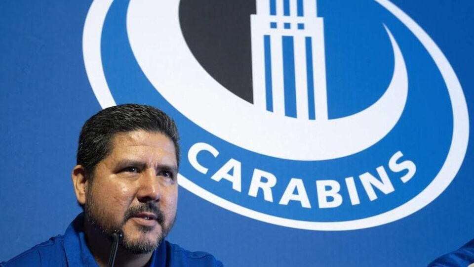 Anthony Calvillo devant une affiche des Carabins.