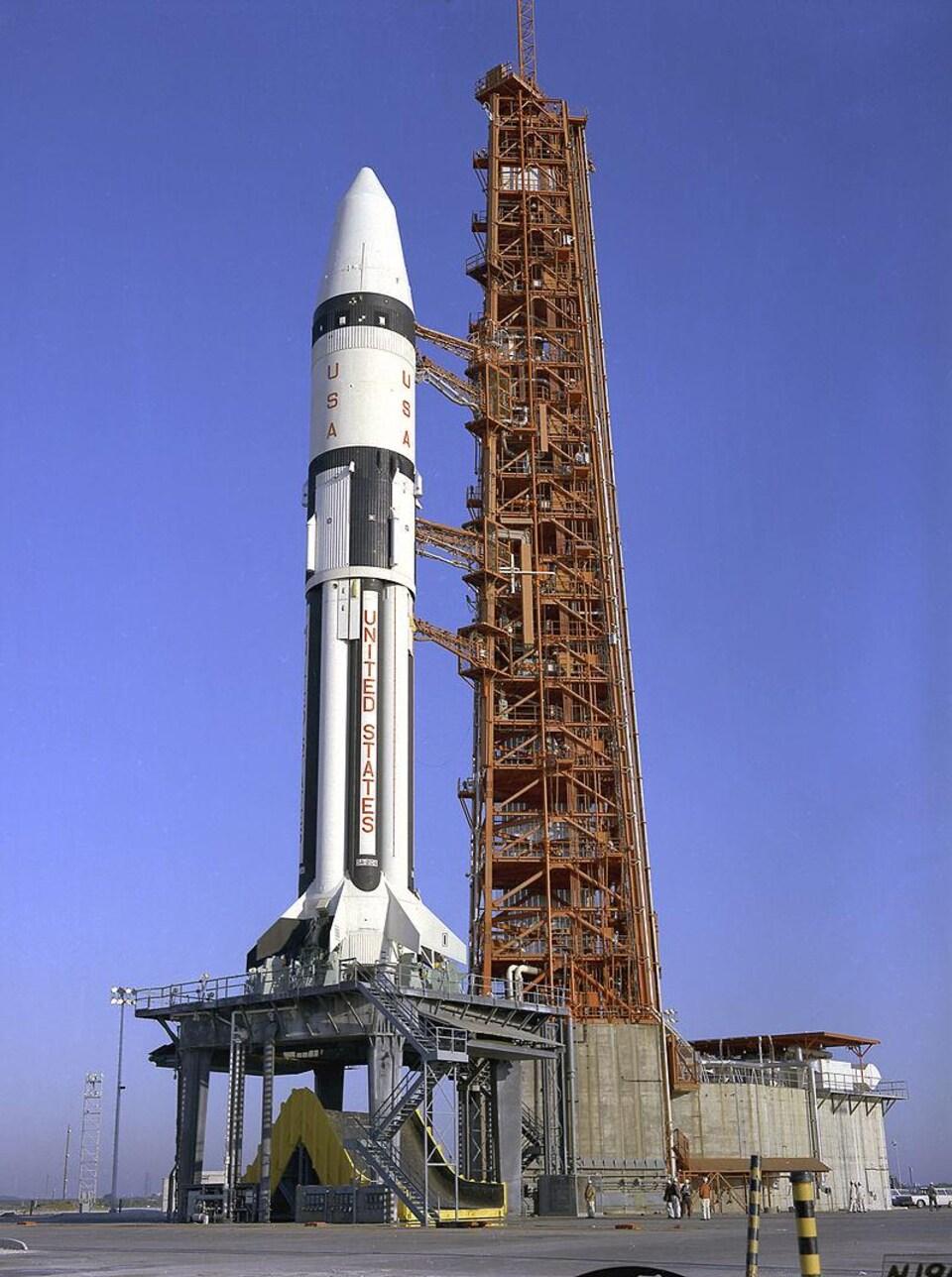 La fusée Saturn sur le site de lancement de la mission Apollo 5.