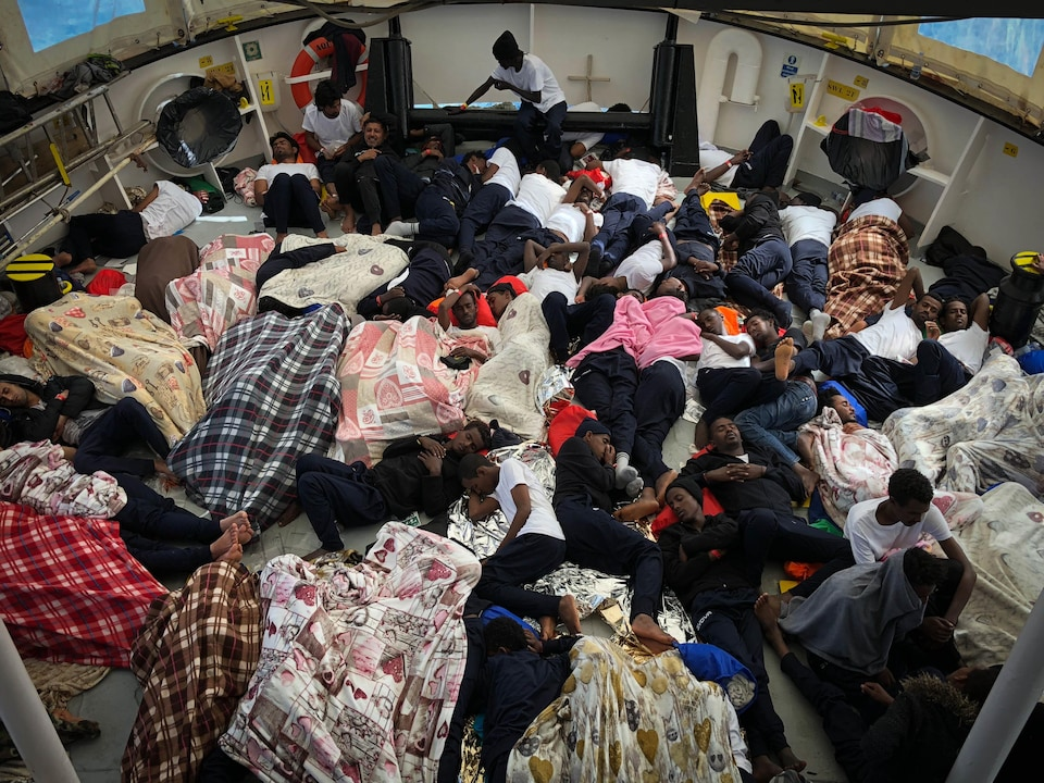 Des migrants dorment sur le  pont de l'Aquarius.