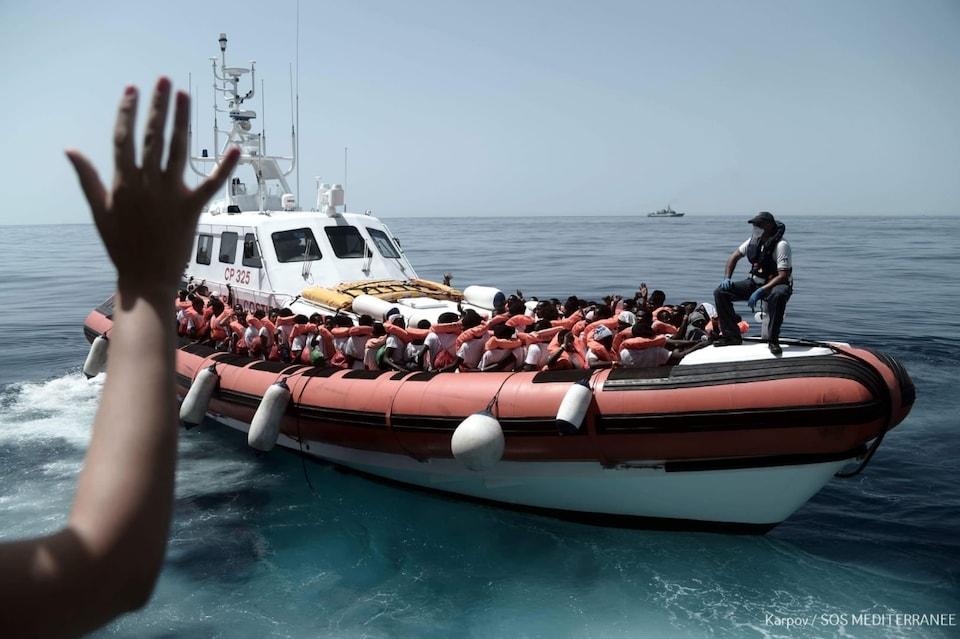 Un bateau sur lequel se trouvent des dizaines de migrants.